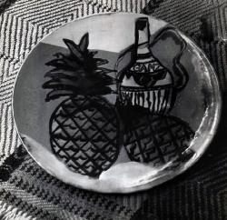 Ананас и бутылка. Керамическое блюдо / Ananass un pudele. Keramikas šķīvis